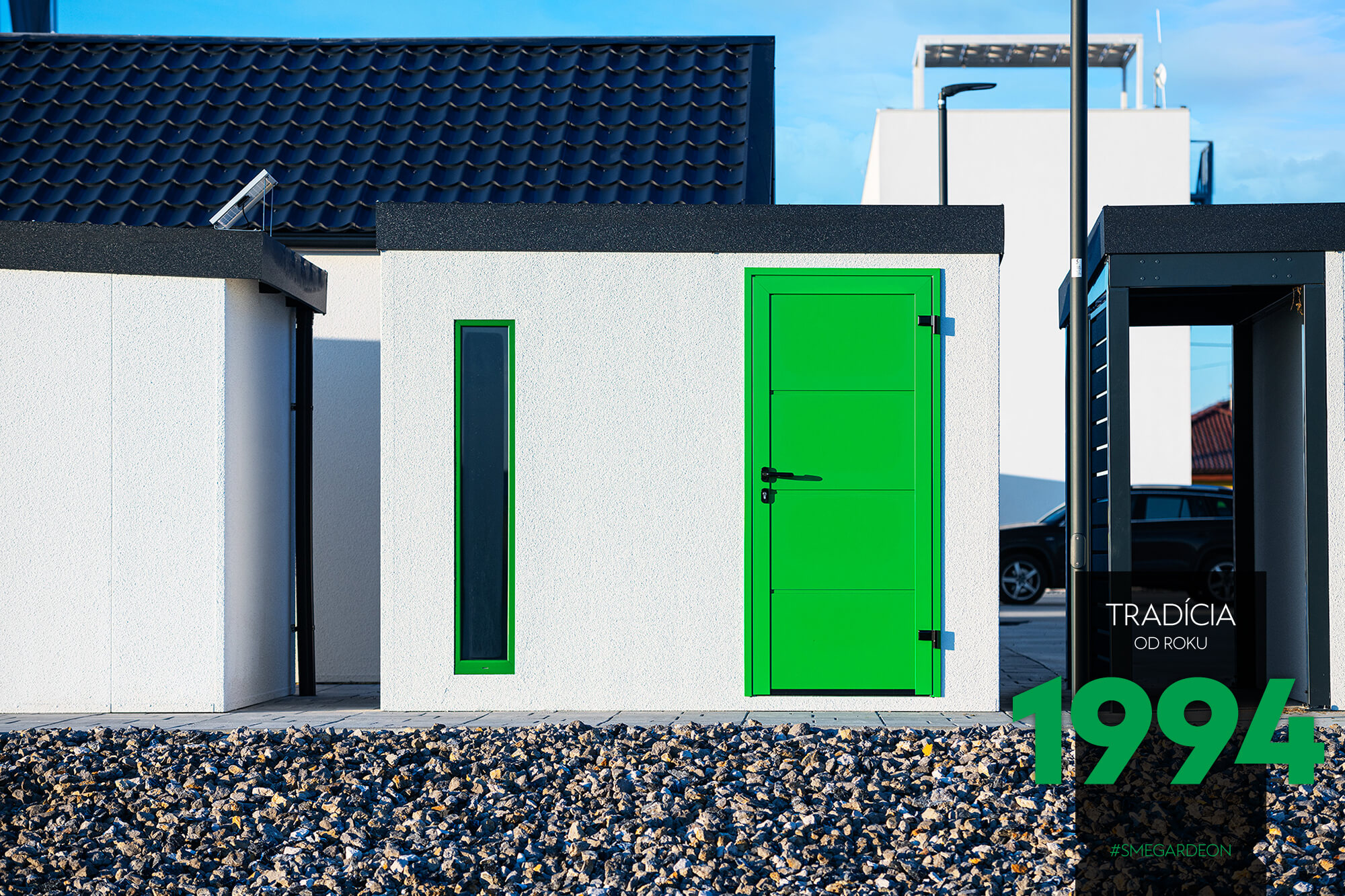 Záhradný domček so zelenými sverami a zeleným svetlíkom