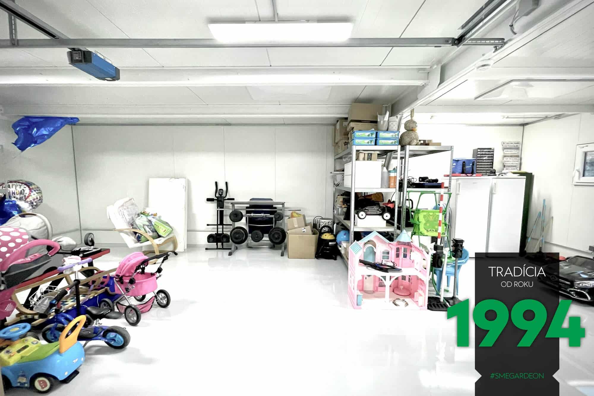 Police, ľadničky, bicykle, hračky vo vnútri montovanej stavby