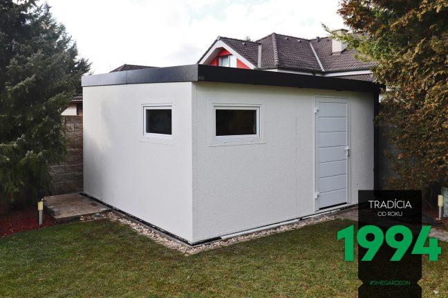 Záhradný domček s bielymi dverami