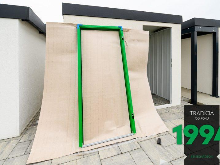 Opretý zelený rám dverí GARDEON