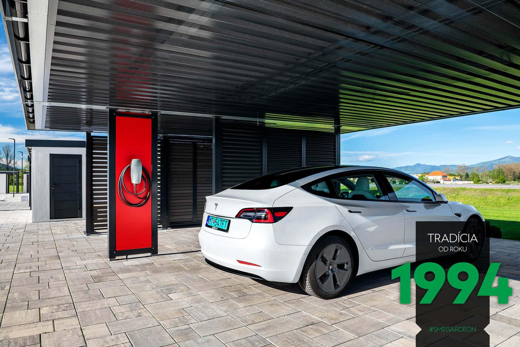 Tesla pri nabíjačke