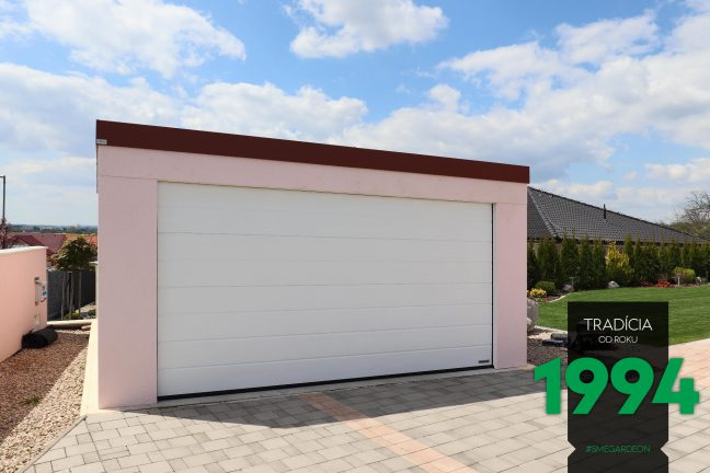 Dvojgaráž v mielej omietke s bielou garážovou bránou