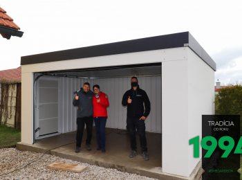 Spokojní zákazníci s montážnikom v garáži