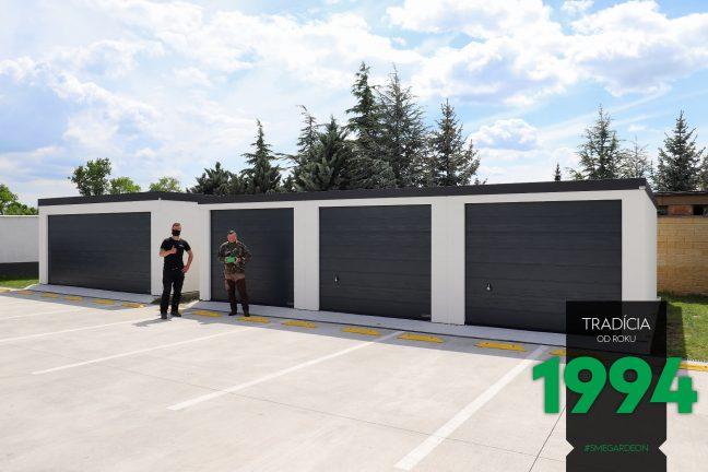 Spokojný zákazník s montážnikom pri radovej garáži