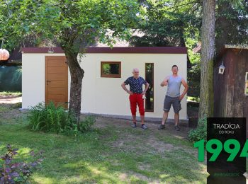 Spokojný zákazník s montážnikom pred záhradným domčekom