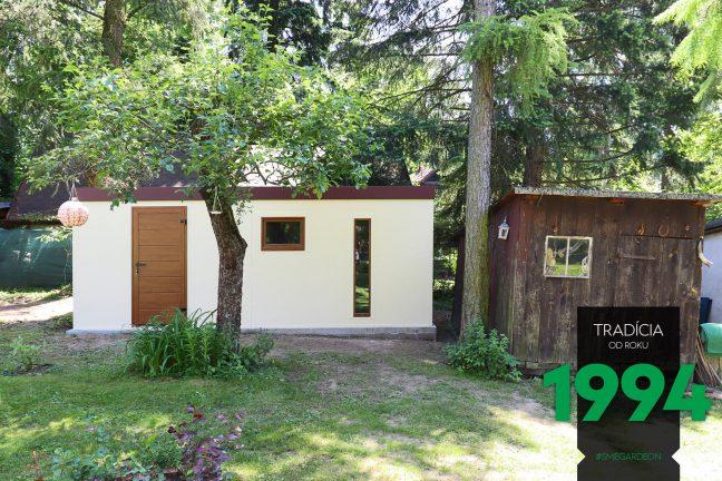 Záhradný domček pri malej drevenej chalúpke