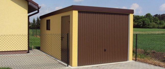 Garáž pre auto s hnedou garážovou bránou