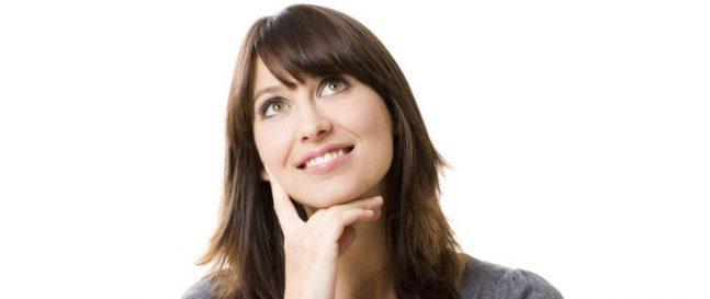 Premýšľajúca žena v sivom tričku