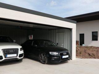 Dizajnová garáž pre dve autá s rovnou strechou