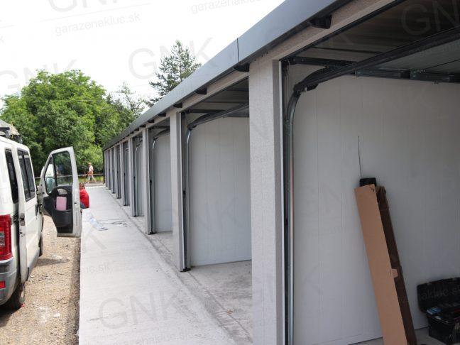Montovaná radová garáž
