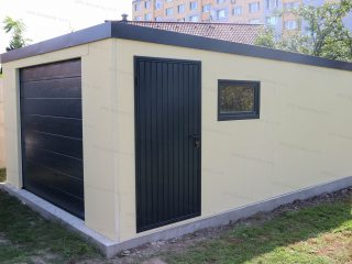 Jednogaráž v pieskovej omietke s garážovou bránou, bočnými dverami a oknom