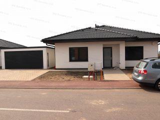 Garáž pre dve autá pri dome so sedlovou strechou v antracitovej farbe