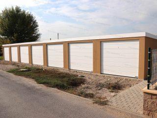 Montovaná radová garáž pre 6 áut s bielou strechou