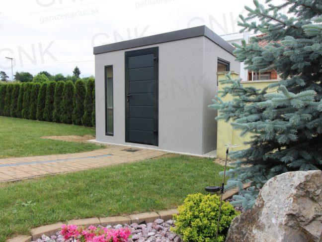 Záhradný domček s antracitovými dverami v záhrade