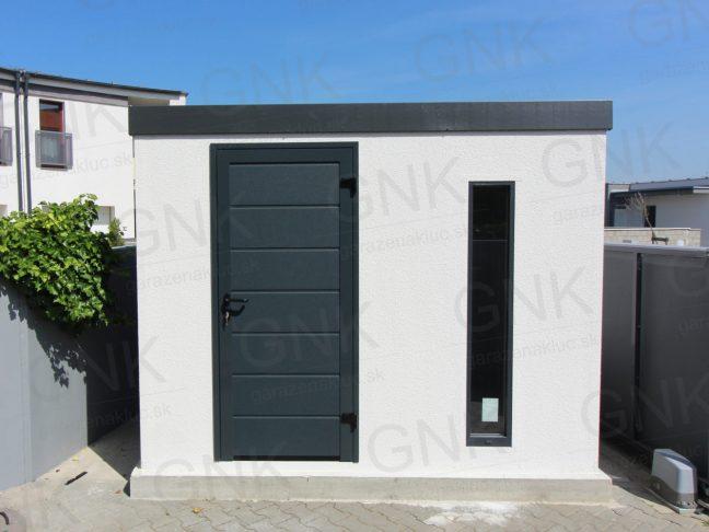 Záhradný domček na náradie v bielej omietke s antracitovými dverami Hormann LPU40