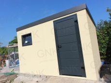 Záhradný domček v pieskovej omietke s antracitovými dverami Hormann LPU40