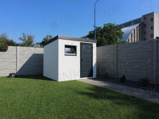 Moderný záhradný domček s dverami Hormann LPU40 a oknom Slovaktual