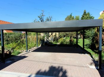 Oceľový prístrešok v antracitovej farbe s rovnou strechou