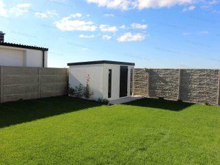Záhradný domček s prístreškom na záhrade