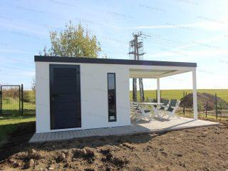Moderný záhradný domček s prístreškom na drevené posedenie