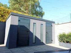 Dvojitý záhradný domček v tmavosivej omietke s antracitovými dverami Hormann LPU40