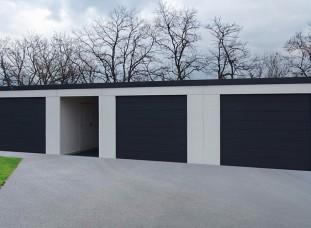 Moderná garáž pre tri autá s pultovou strechou