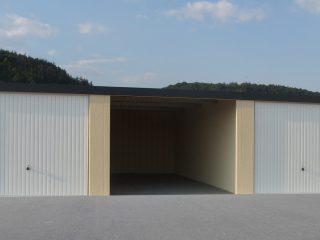 Atypická garáž pre dve autá s rovnou strechou
