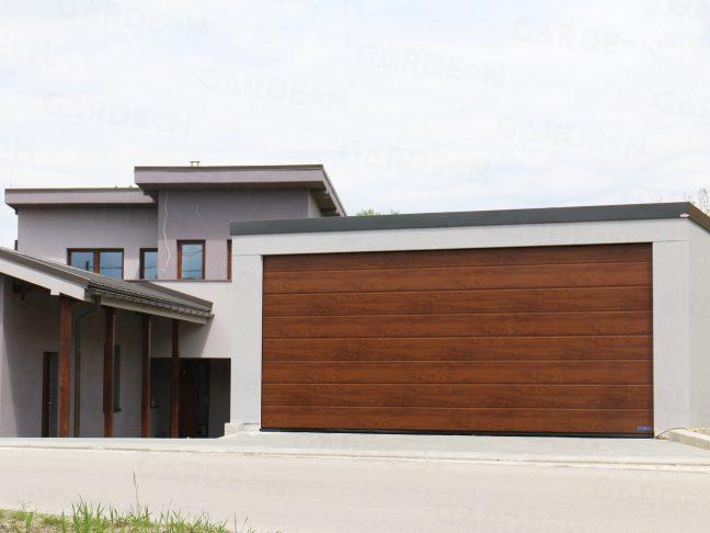 Oceľová dvojgaráž v sivej omietke pri rodinnom dome