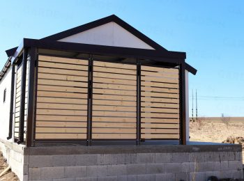Montovaná pergola s drevenými zástenami