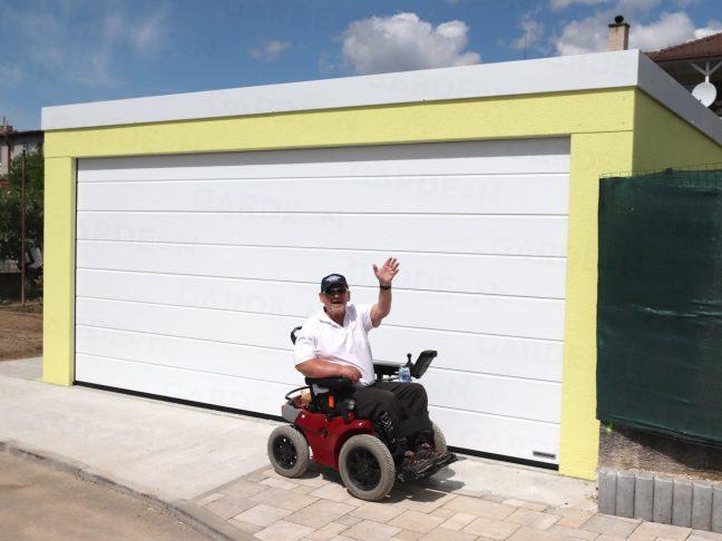Zákazník pred montovanou garážou