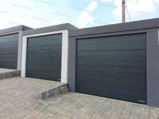 Tri montované garáže pre jedno auto v bielej, svetlo-sivej a tmavo-sivej omietke