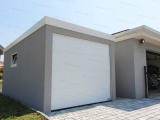 Jednogaráž GARDEON v svetlosivej omitke s bielou garážovou bránou Hormann