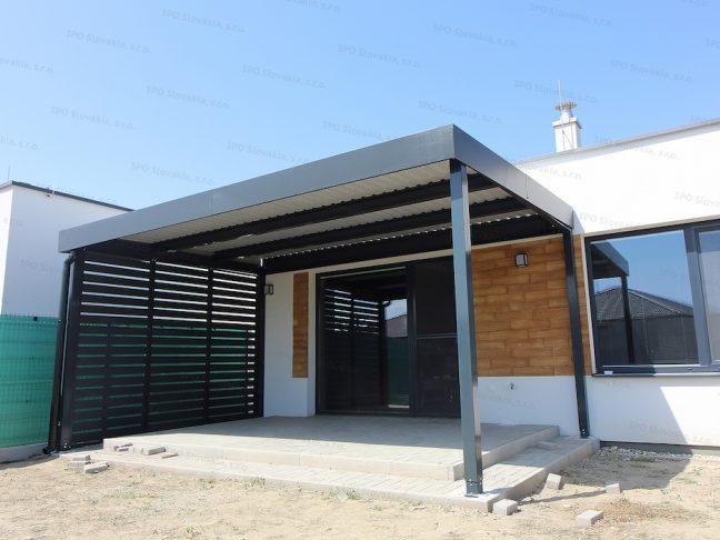 Montovaná pergola GARDEON pri modernom rodinnom dome