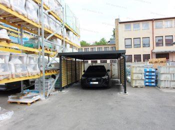 Audi vo vnútri montovaného oceľového prístrešku GARDEON pre jedno auto