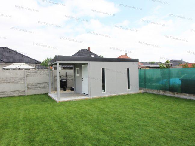 Záhradný domček v svetlo-sivej omietke na záhrade