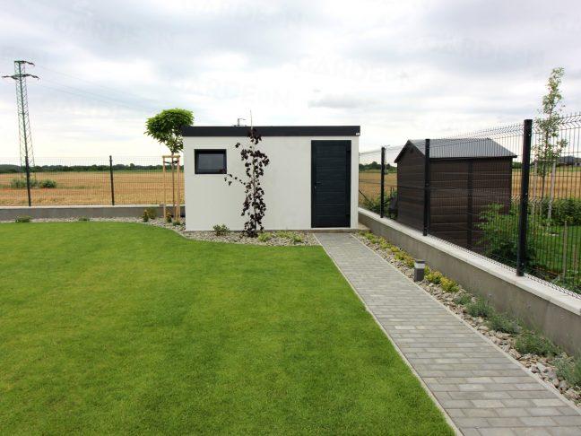 Záhradný domček v bielej omietke na záhrade