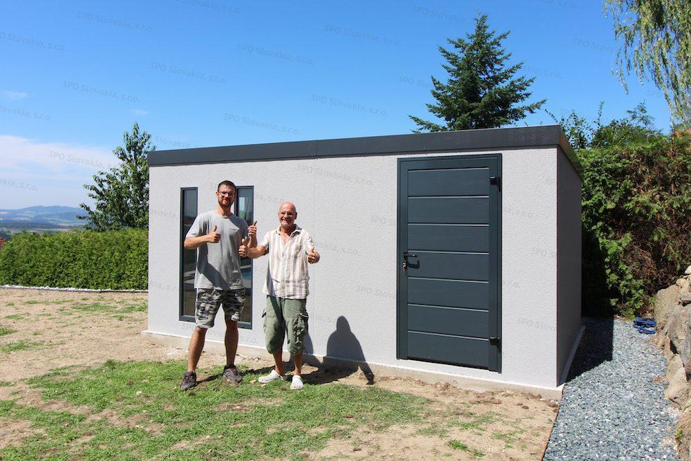 Spokojný zákazník a montážny pracovník pri záhradnom domčeku GARDEON