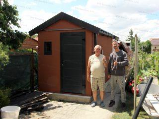 Spokojný zákazník a montážny pracovník pred záhradným domčekom GARDEON