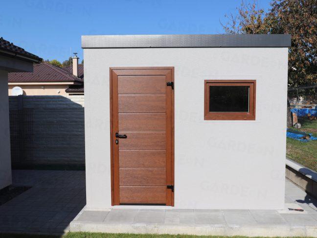 Oceľový záhradný domček s hnedými dverami