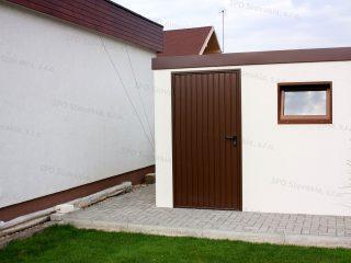 Moderný záhradný domček v bielo hnedom prevedení pri rodinnom dome