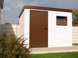 Montovaný záhradný domček s hnedými dverami a oknom