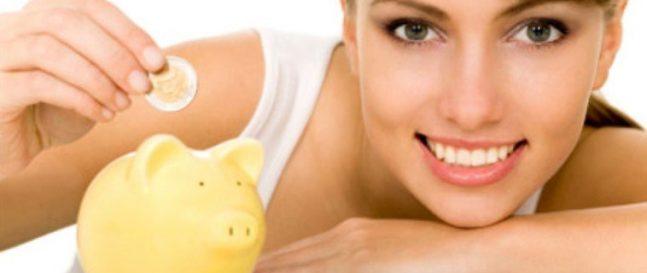 Žena vkladá mincu do šporkasne