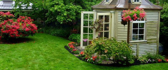 Drevený záhradný domček v záhrade