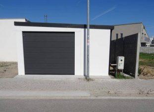 Moderná biela garáž pre jedno auto