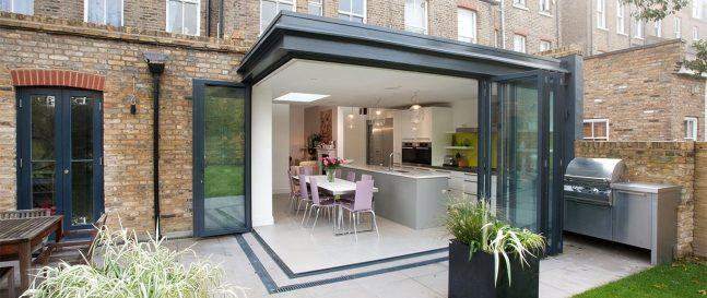 Moderný záhradný domček k rodinnému domu