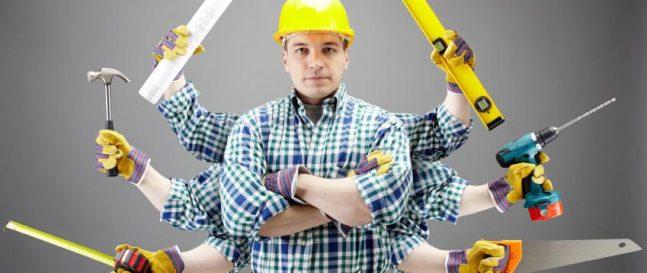 Montážny pracovník so žltou prilbou na hlave