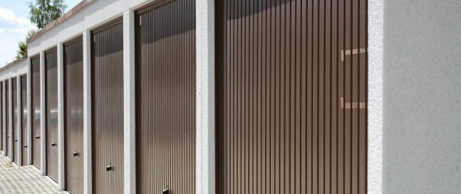 Radové garáže s hnedou výklopnou bránou Hormann
