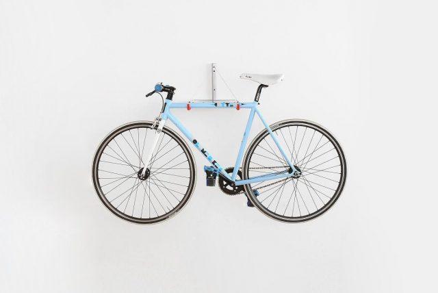 Bicykel zavesený na stene v garáži