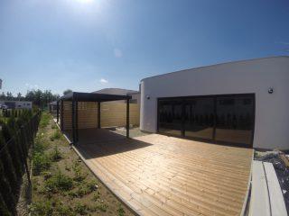 Dizajnový prístrešok pri modernom dome