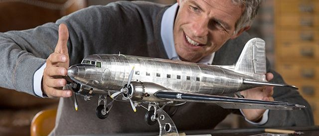 Chlap modeluje lietadlo